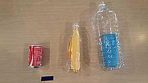 的のペットボトルと空き缶