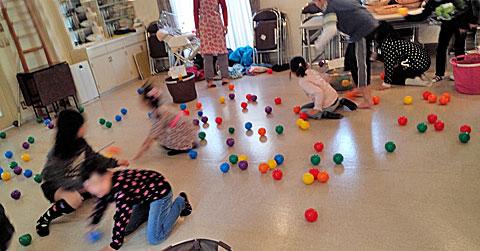 室内いっぱいに広がったボール