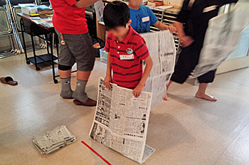 1人1枚、新聞紙を準備