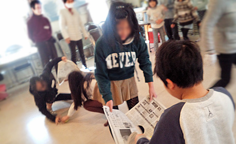 新聞紙ボール運びゲーム