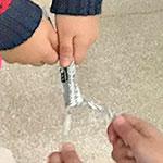 懐かしの遊びをお手軽に!『新聞紙オオバコ相撲』のルールと遊び方